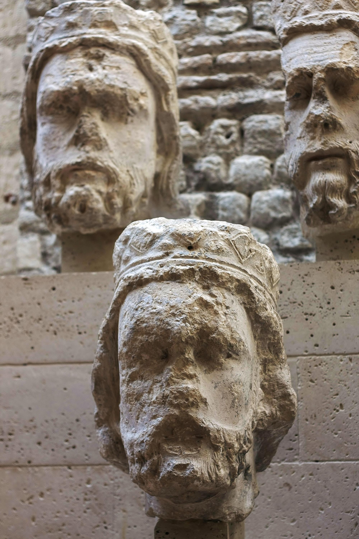 Головы средневековых статуй. <br>