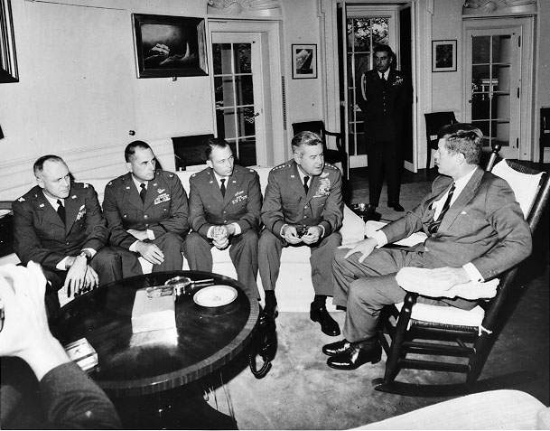 Фото 11. President Kennedy meets in the Oval Office with General Curtis LeMay and the reconnaissance pilots who found the missile sites in Cuba..jpg