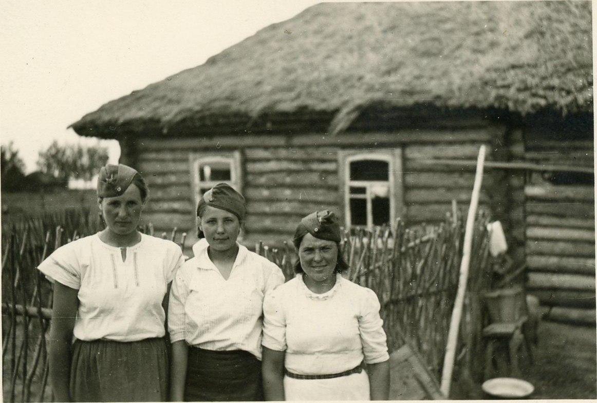 Девушки в пилотках люфтваффе.