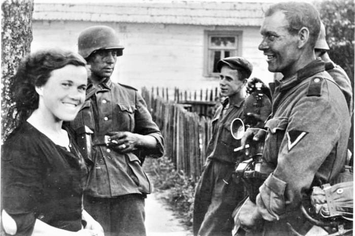 С местными девушками, 1942.