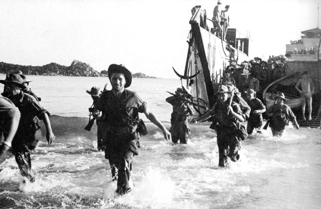 Французские морпехи высаживаются на побережье Аннама.jpg