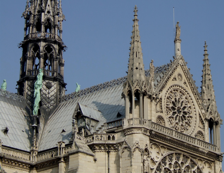 Шпиль и башни собора Парижской Богоматери.