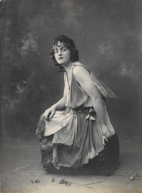 Молодая Памела Трэверс.