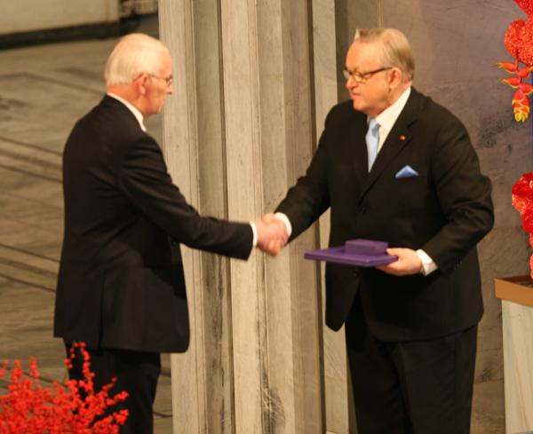 4. Мартти Ахтисаари получает Нобелевскую премию мира..jpg