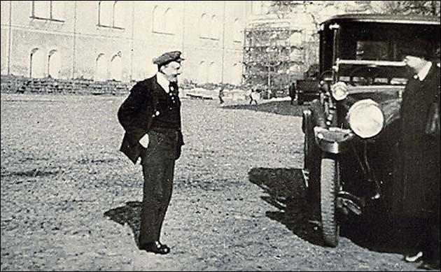 Владимир Ильич Ленин на прогулке в Кремле, 1918 год.jpeg