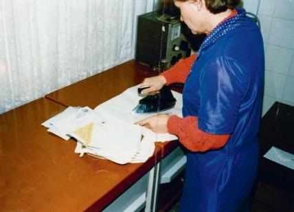 Вскрытие почты сотрудницей Штази. <br>