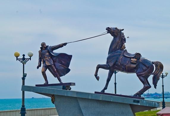 Новороссийск, 2013. Скульптура, изображающая Брусенцова. <br>