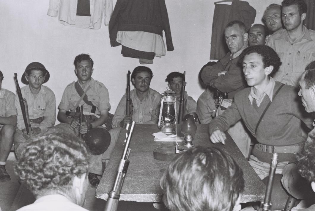 А. Ковнер с соратниками, справа за&nbsp;столом. <br>