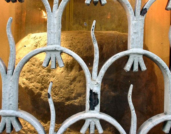 Лондонский камень, установленный Брутом в качестве Алтаря Дианы.