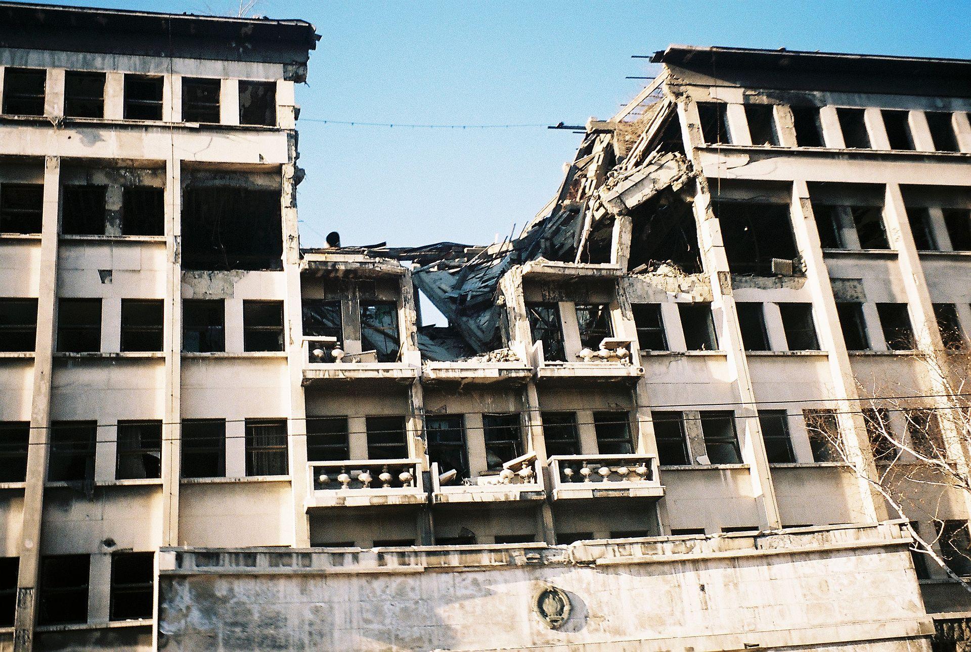Bombed_building_on_ulica_knez_milosa.JPG