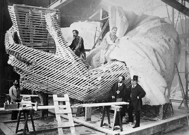 Создание статуи. Студия в Париже, 1875 год.jpg