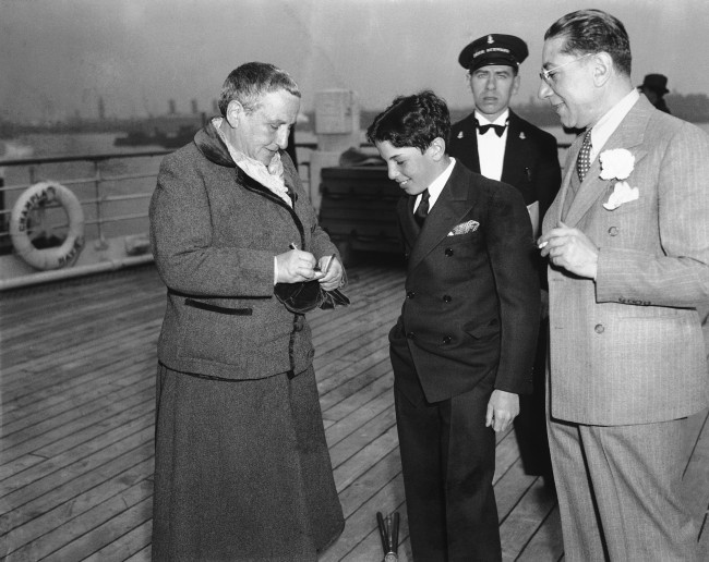 givesanautographtoanadmirerjustbeforesailingontheChamplainfromNewYorkMay41935forhercountryhomeinFrance..jpg