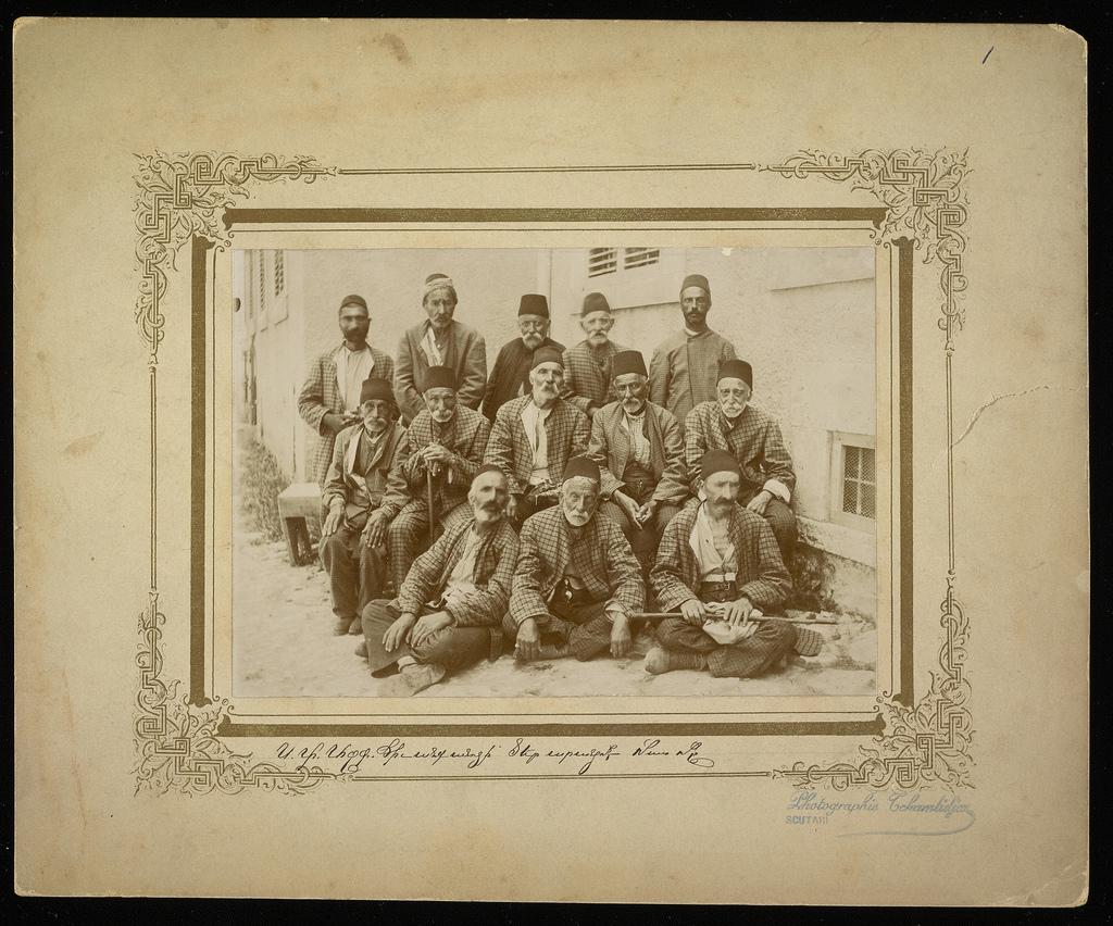 Группа армян в клетчатых пиджаках.
