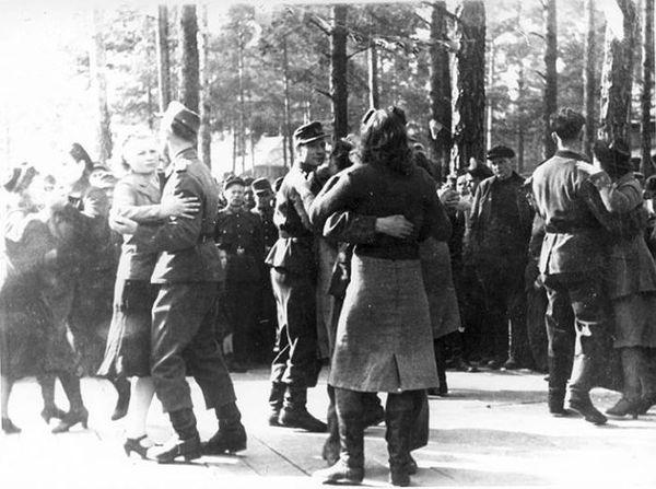 Немцы танцуют с девушками воккупированном Полоцке. <br>