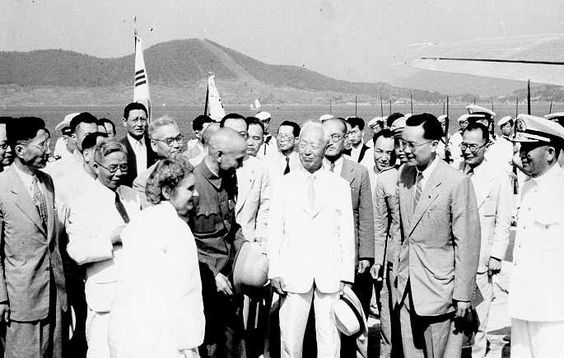 20 Former leader of China (before the civil war) Chiang Kai-shek (right) and the President of South Korea Syngman Rhee (middle) meet in 1949..jpg