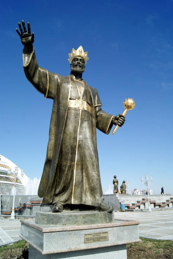 Памятник Тогрул-беку в Туркменистане. <br>