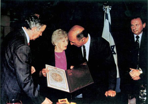 Эмилия Шиндлер получает звание «Праведник мира».jpg