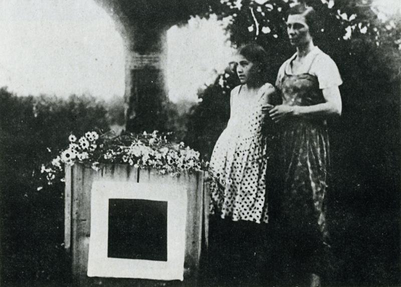 ФОТО 3 Жена и дочь Малевича у его могилы.jpg