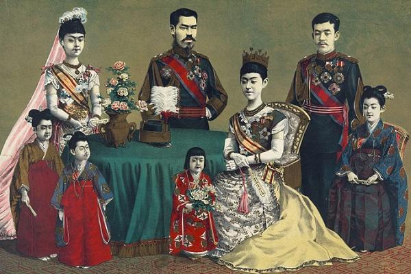 Японская царская семья в восточных одеждах.