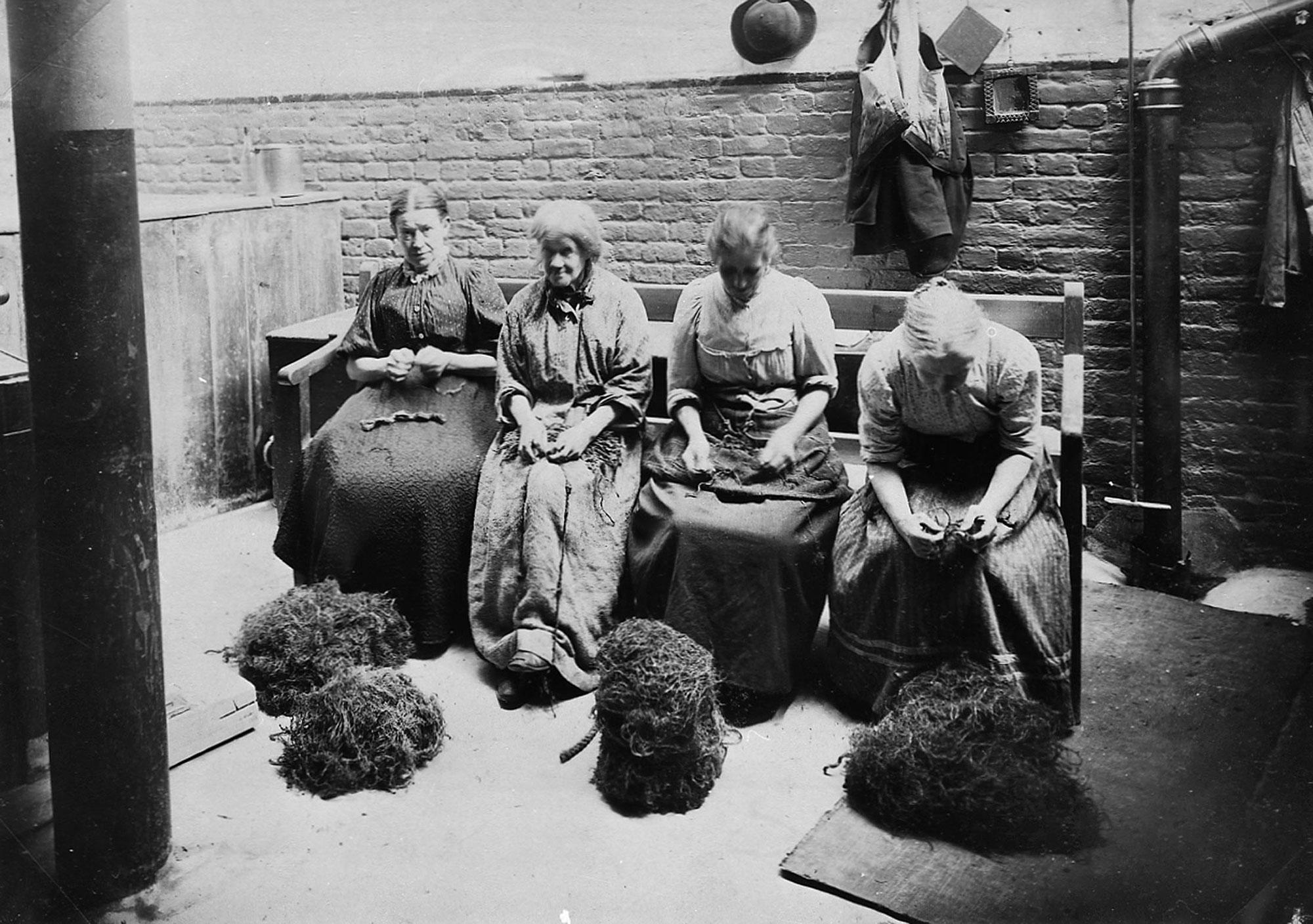 Женщины в работном доме.