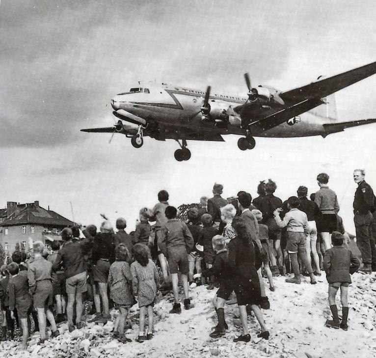 Берлинцы встречают американские самолеты. <br>