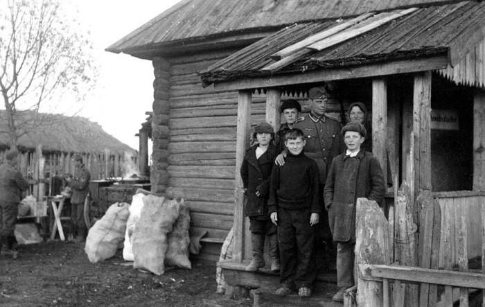 Немец и жители оккупированной деревни. <br>