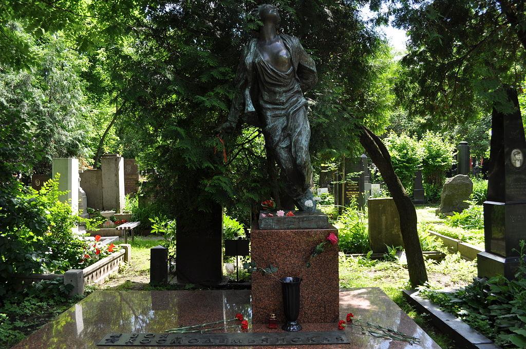 Могила Зои Космодемьянской на Новодевичьем кладбище.JPG