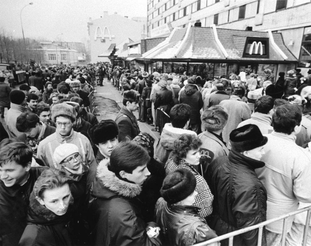 Очередь в первый вСССР «Макдоналдс».