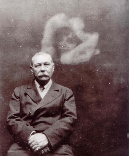 Артур Конан Дойл на спиритической фотографии, автор— Ада Дин, 1922.