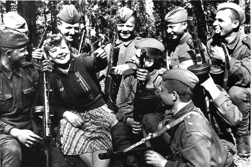 Зоя Фёдорова с бойцами Красной Армии, 1943 год. <br>