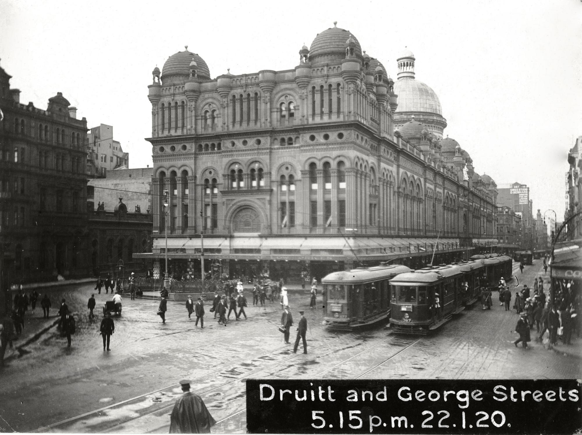 Трамваи в Сиднее в 1920 году возле Дома королевы Виктории Queen Victoria Building на углу улиц Друитт и Джордж.jpg