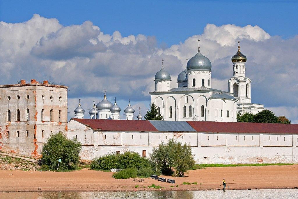 Вид на монастырь сВолхова.