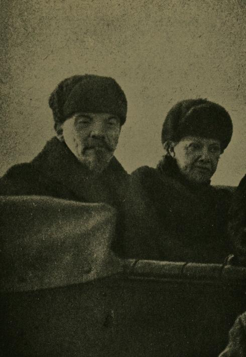 Lenin_and_Wife_1918.jpg