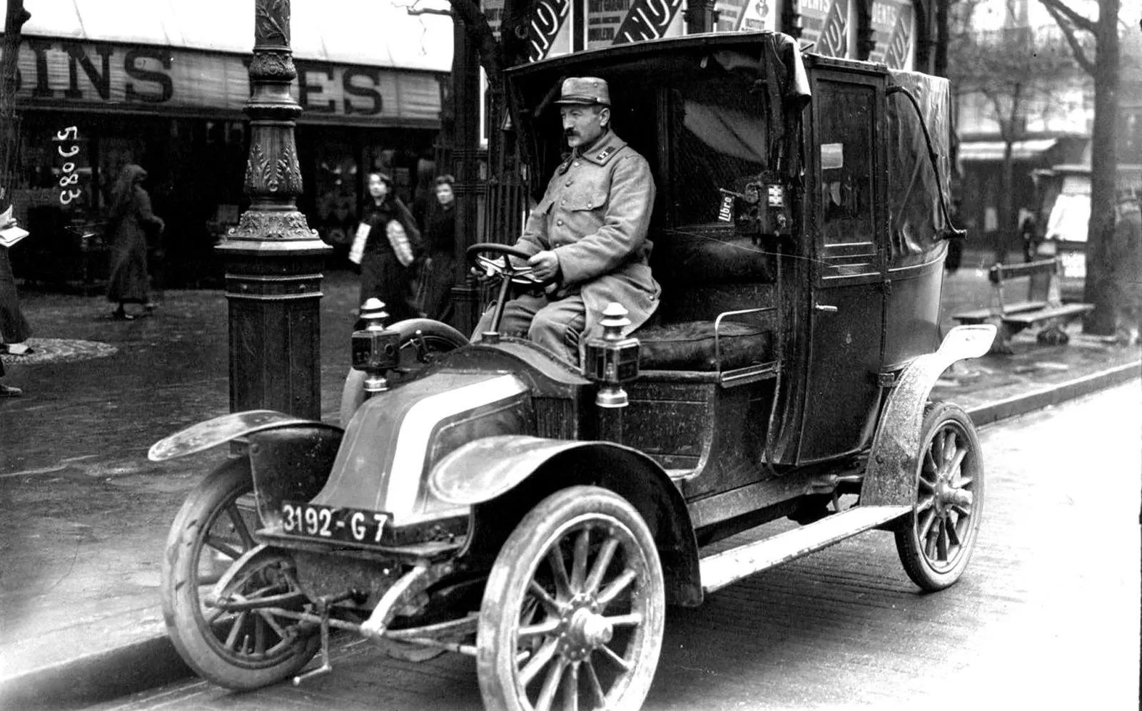 Водитель парижского такси Renault AG-1, 1914 год.