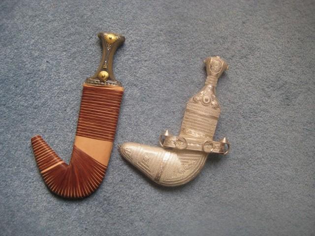 Фото 1. Джамбия (слева), ханджар (справа).jpg