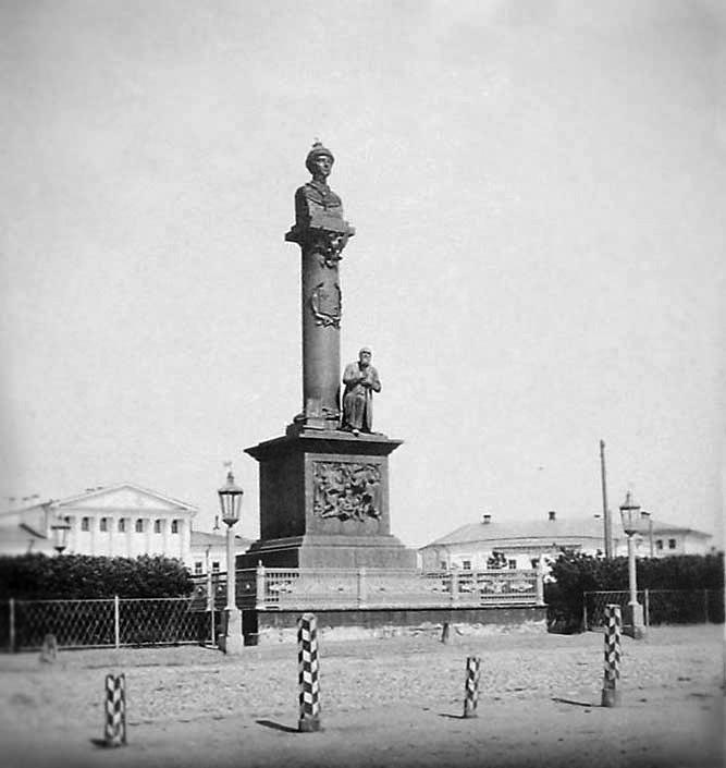 Фото 1.5 Памятник царю Михаилу Фёдоровичу и крестьянину Ивану Сусанину в Костроме (1851—1918).jpg