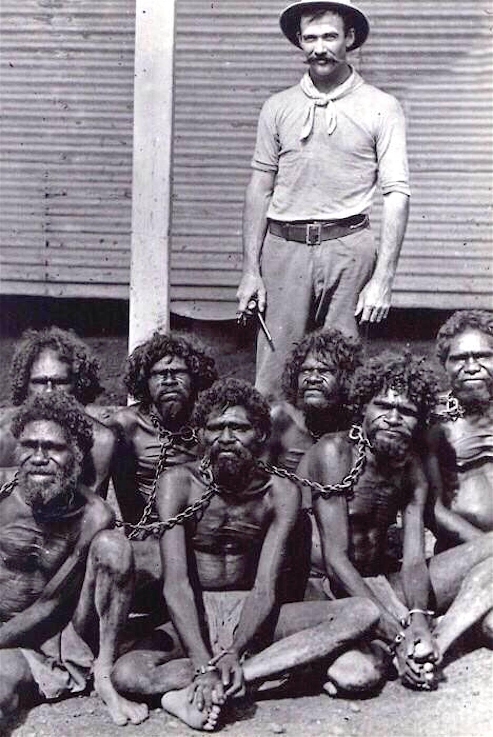 1910-е британский подданный с пойманными аборигенами..jpg
