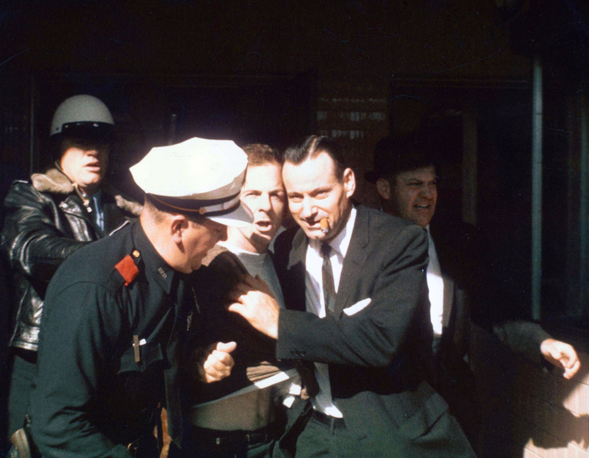 Полицейские ведут Ли Харви Освальда.