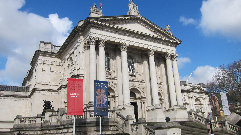 Историческое здание Бритайнской галереи Тейт у Воксхолльского моста.