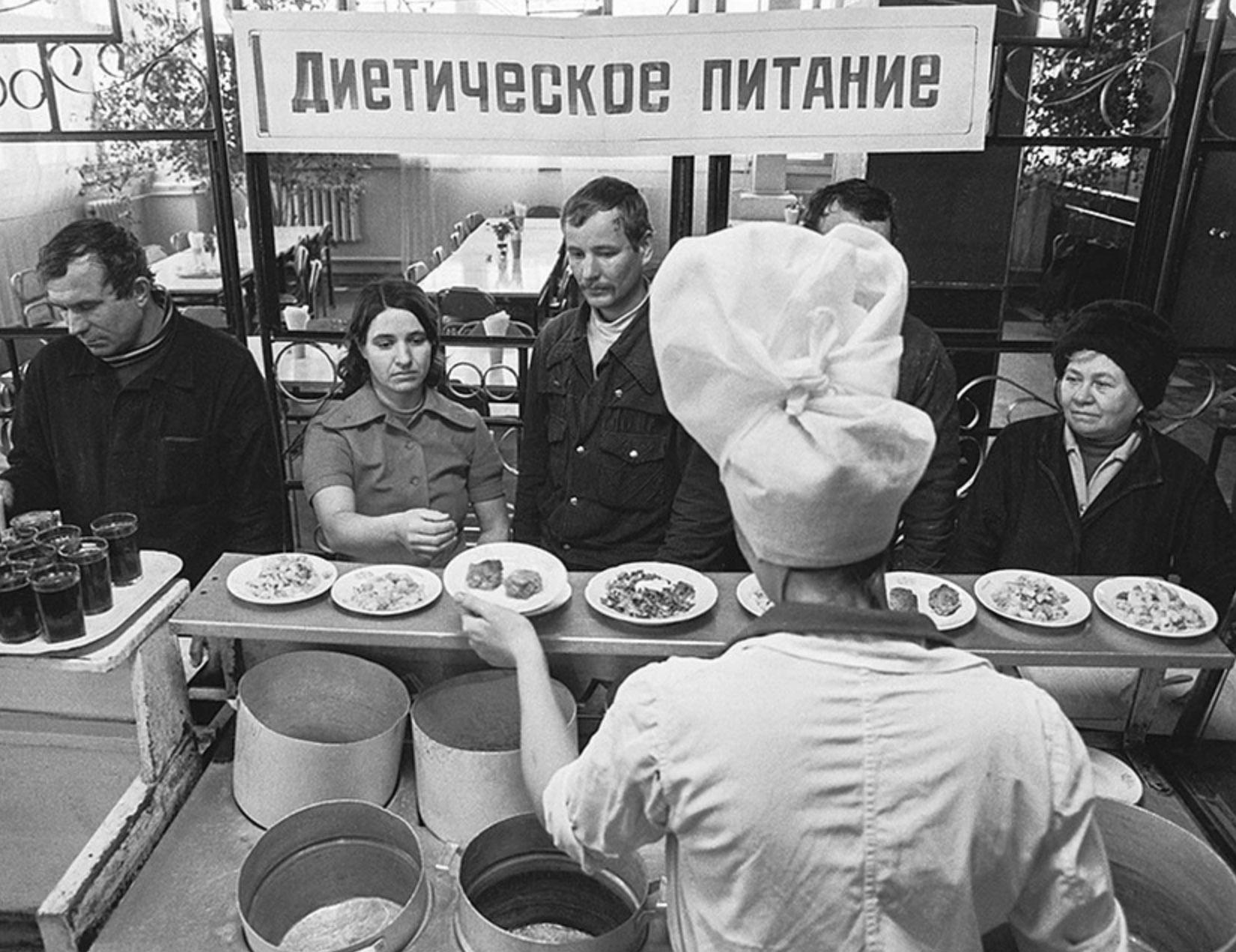 В советском кафетерии.