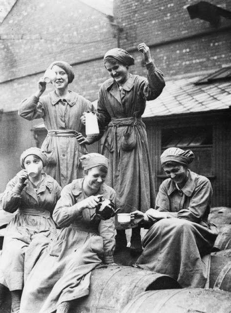 Перерыв на чай для женщин-рабочих, Манчестер. <br>