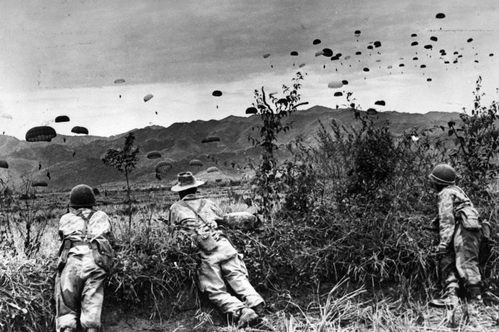 Французские парашютисты наблюдают за высадкой своих коллег, ноябрь 1953 г..jpg