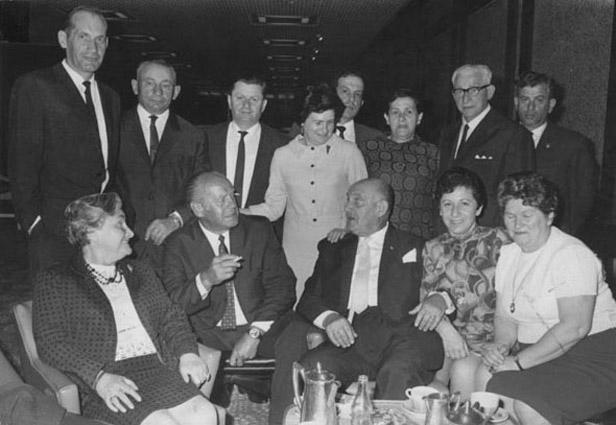 Оскар Шиндлер в окружении спасенных им евреев. Израиль, 1960-е годы.jpg