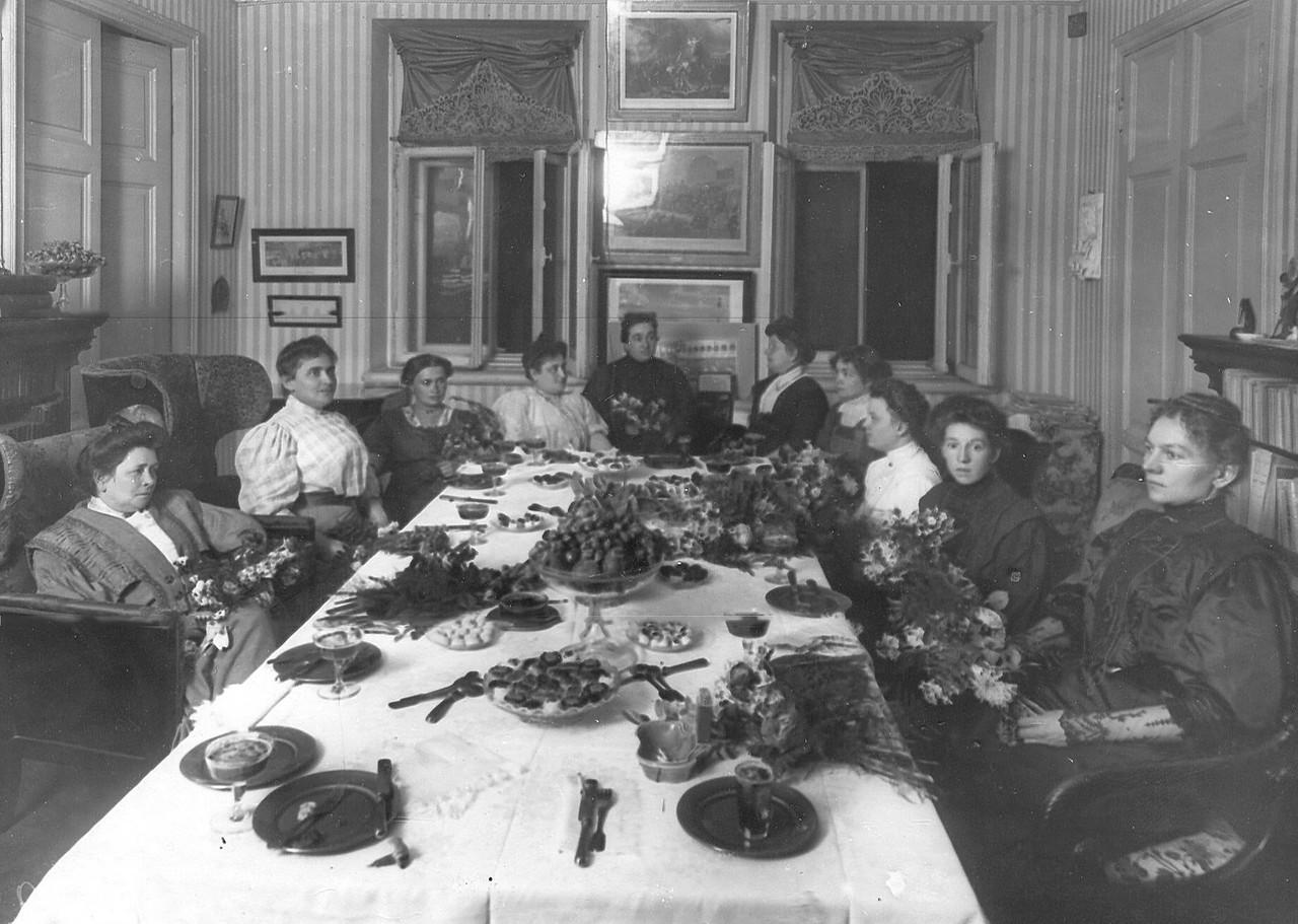 Жены депутатов за чаем.