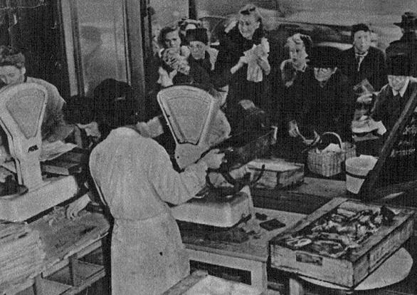 Очередь в Берлине после бомбардировки. «Die Wehrmacht», декабрь 1943 года.