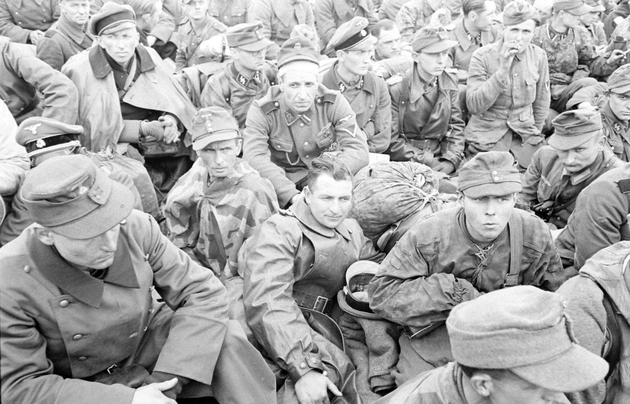 Пленные солдаты подразделений СС.