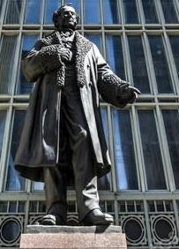 Статуя Вандербильта установлена перед вокзалом Нью-Йорка.