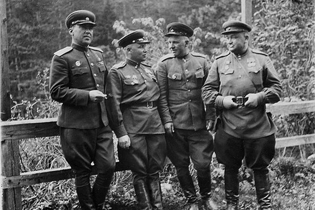 Генерал Шапошников cлева.  <br>