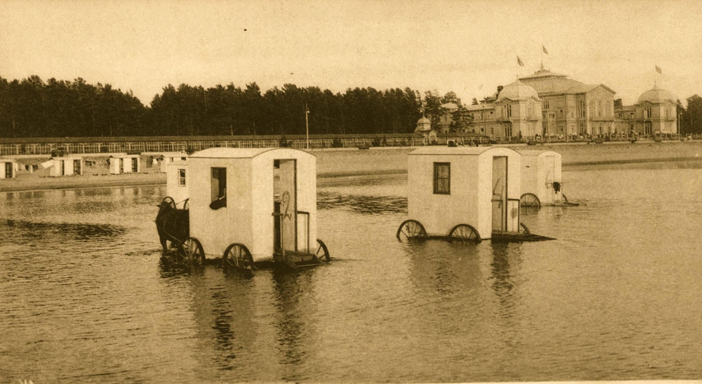 Купальные фургоны в Сестрорецке, начало 20-го века.
