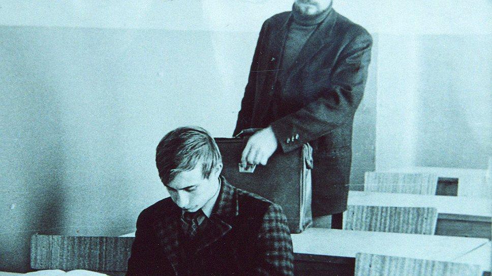В 1975 году закончил ЛГУ. Направлен на работу к КГБ.jpg